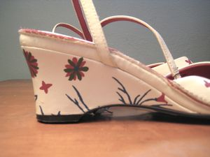 Flower-painted_sandal_heel