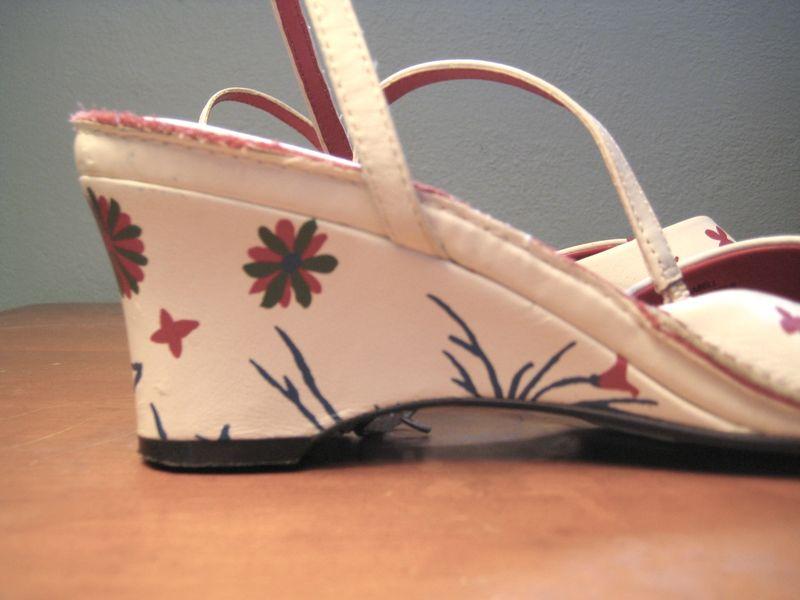 Flower-painted_sandal_heel